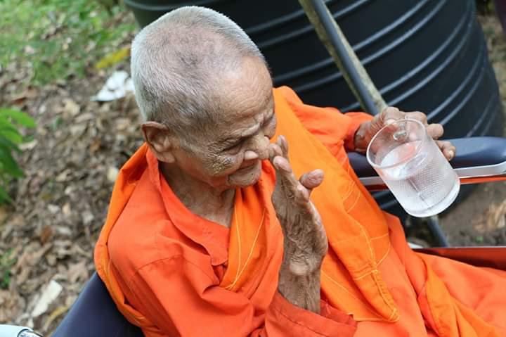 වයෝවෘද්ධ මෙහෙණින් වහන්සේ නමකට සුපිරිසිදු ජලය පූජා කළ පින්වත් මිතුරෝ – දිවා රෑ පිං වැඩෙන පිංකම් 2017 (Project Water – Water for Temples) Part 02