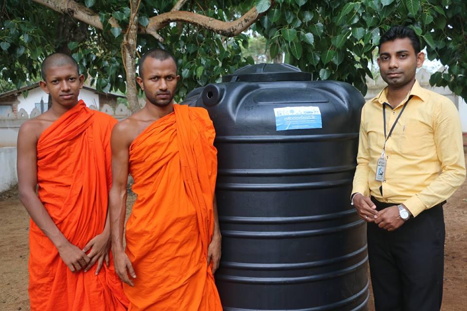 පියාණන්ට වටිනා උපන්දින තිළිණයක් ලබා දුන් සෙනෙහෙබර බිරිඳ සහ දරුවෝ (Donating a Water Tank)