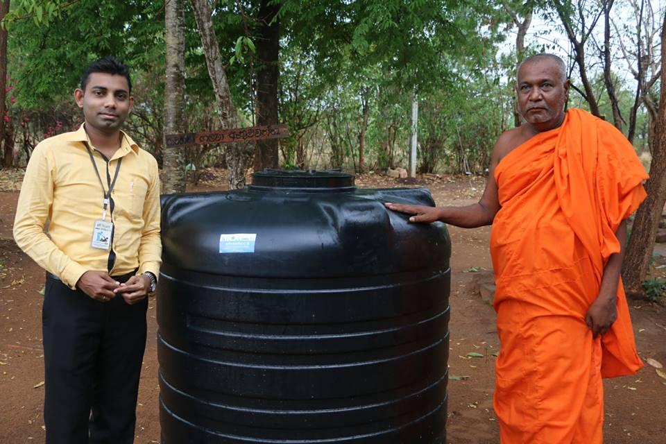 දුෂ්කර පෙදෙසක පිහිටි පානිය ජල පහසුකම් නොමැති පුණ්යභූමියකට ජල ටැංකියක් පරිත්යාග කිරීම (Donating a Water Tank)